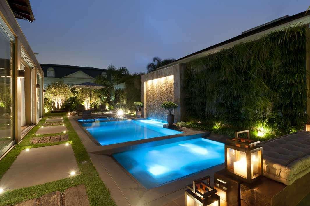 iluminacao jardim verde: os elementos do jardim e a piscina Foto: Débora Aguiar/Divulgação