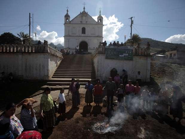 Guatemala - Povo maia espera pôr-do-sol de sexta para celebrar fim de um ciclo e início de outro Foto: Jorge Dan Lopez / REUTERS