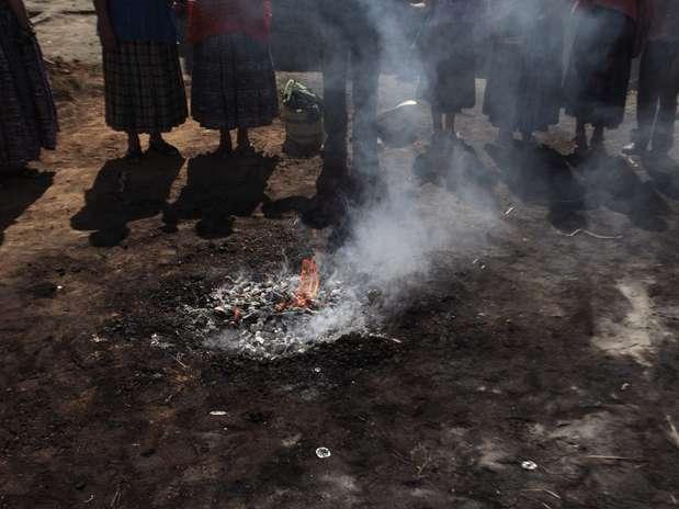 Guatemala - Em volta do fogo sagrado, indígenas celebram chegada de nova era maia na região de Alta Verapaz Foto: Jorge Dan Lopez / REUTERS