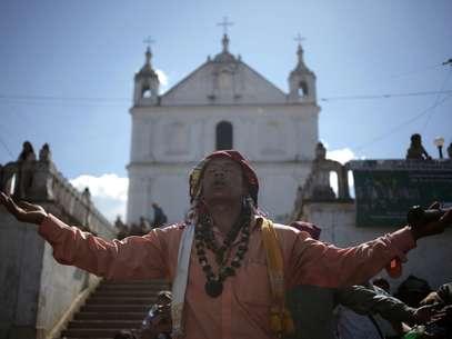 Carlos Tun, sacerdote maia, reza durante ritual do 13º Baktun em frente à igreja Chi Ixim, ponto sagrado para os maias de Tactic, região de Alta Verapaz Foto: JORGE DAN LOPEZ / REUTERS