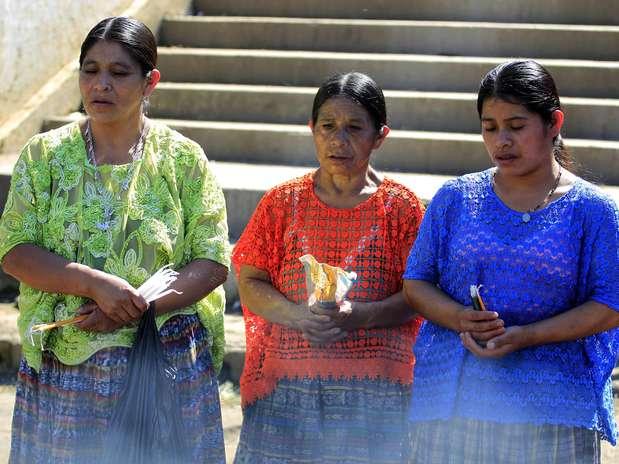 Guatemala - Indígenas seguram velas durante cerimônia do fim do ciclo maia em Tactic, na região de Alta Verapaz Foto: Jorge Dan Lopez / REUTERS