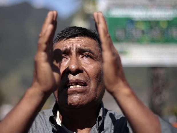 """Guatemala - Homem reza durante evento \""""conexão e sincronização espiritual\"""" para comemorar o 13 º Baktun na igreja Ixim Chi, em Tactic, região de Alta Verapaz Foto: Jorge Dan Lopez / REUTERS"""