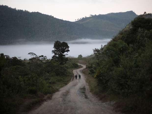 Guatemala - Dois homens caminham pela manhã ao longo da estrada para Chicoy, na região de Alta Verapaz, a cerca de 180 km da Cidade da Guatemala. País é um dos locais onde há ruínas maias Foto: Jorge Dan Lopez / REUTERS