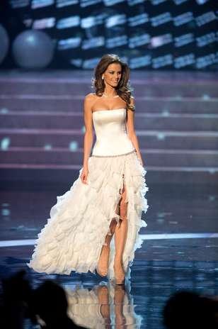 Miss Hungria Agnes Konkoly durante desfile de traje de gala Foto: Divulgação