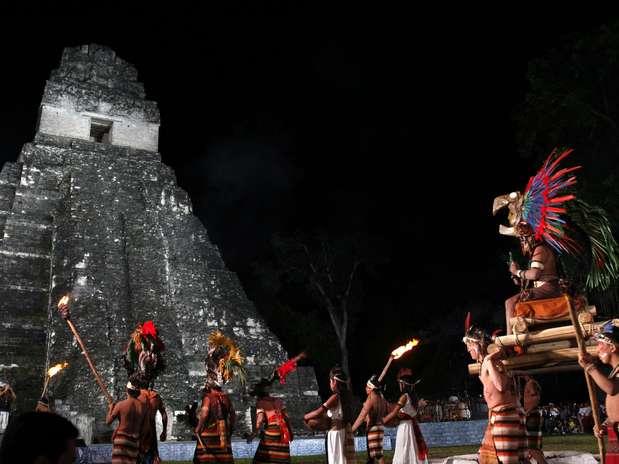 Guatemala -Sacerdote de grupo folclórico participa de cerimônia de despedida do último sol deste era  Foto: EFE