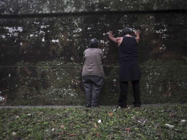 Guatemala -Duas pessoas de origem maia oram junto à pirâmide do Grande Jaguar  Foto: Reuters