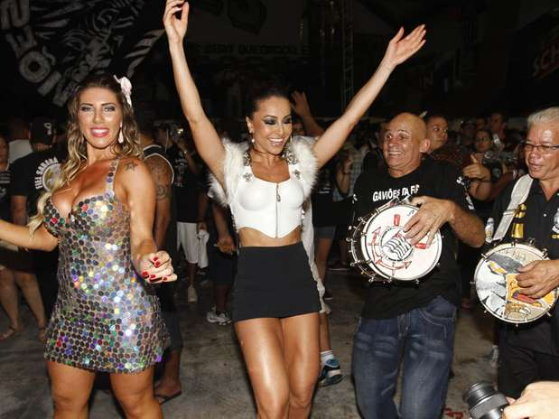 Sabrina Sato e Tatiane Minerato mostraram que têm samba no pé na noite de sexta-feira (21). Elas participaram do ensaio técnico da escola Gaviões da Fiel, no Anhembi em São Paulo Foto: Léo Franco / AgNews