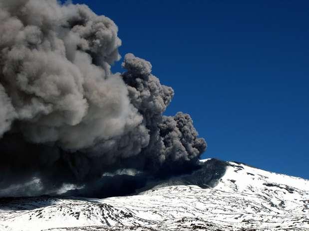 A província argentina de Neuquén decretou alerta amarelo neste sábado para as cidades andinas vizinhas ao vulcão, informou o prefeito de Caviahue, Oscar Mancegosa Foto: AFP
