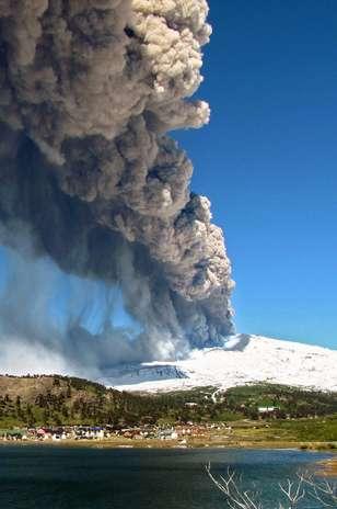 O governo do Chile decretou neste sábado alerta laranja pela erupção do vulcão Copahue Foto: AFP