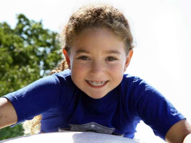 A Associação Americana de Ortodontia recomenda que toda criança faça avaliação ortodôntica a partir dos 7 anos. Segundo especialistas, alguns tratamentos podem começar até antes, mas isso depende de cada caso. Quando a criança tem por volta de 5 a 7 anos normalmente não tem paciência para escovar os dentes e passar fio dental com o cuidado que é preciso ao usar aparelho. Criança tem pressa para brincar e, quanto mais nova ela for, mais dificuldade tem de fazer coisas que terão um resultado ao longo do tempo, diz a psicóloga Miriam Barros. Foto: Shutterstock