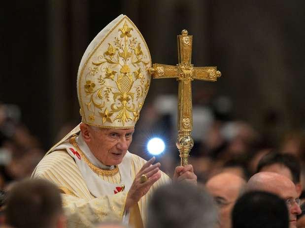 O papa Bento XVI celebra a tradicional Missa do Galo na basílica de São Pedro do Vaticano, a oitava de seu Pontificado Foto: Vincenzo Pinto / AFP