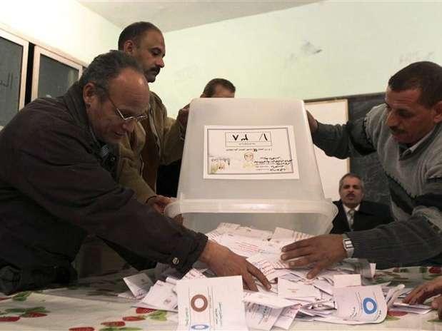 Autoridades contam votos após urnas serem fechadas em Bani Sweif, no Egito Foto: Stringer / Reuters