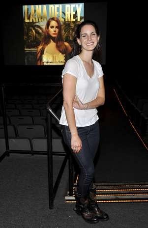 A cantora Lana Del Rey elegeu o clássico dos clássicos para montar o look: jeans escuro tradicional e camiseta branca Foto: Getty Images