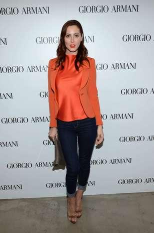 Combinação elegante da atriz Eva Amurri: jeans sequinho, de lavagem escura, e blusa de tecido acetinado Foto: Getty Images