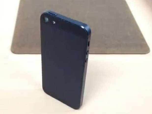 Corpo do iPhone 5 (foto), que é de alumínio, seria de policarbonato, segundo jornal americano Foto: YouTube / Reprodução