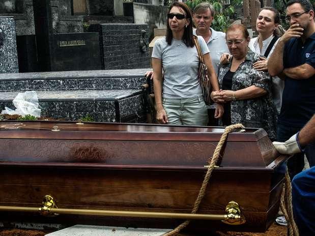 Filhos presenciam enterro de Luiz Noriegano cemitério São Paulo, em Pinheiros Foto: Tonny Campos / Futura Press