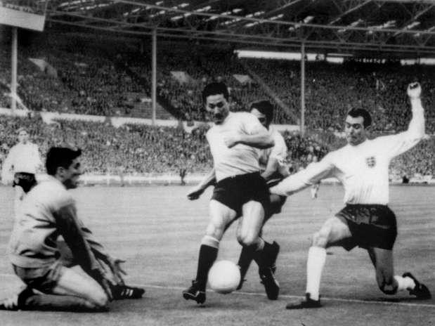 Mazurkiewicz (à esq.) disputou três Copas pelo Uruguai: 1966 (foto), 1970 e 1974 Foto: AFP