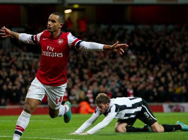 Theo Walcott foi o grande destaque da goleada do Arsenal no Emirates Foto: AP