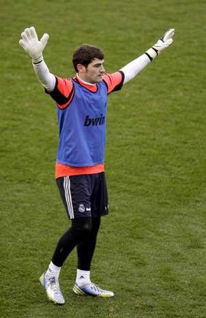 Casillas agradece o carinho da torcida em atividade neste domingo Foto: EFE