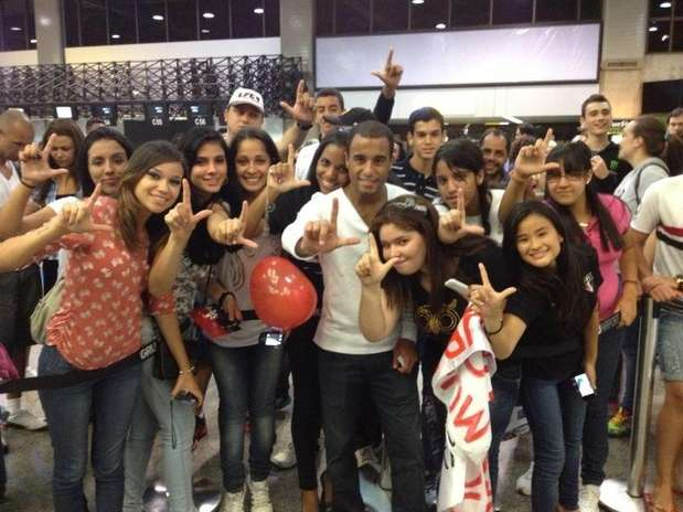 Lucas foi festejado por fãs no embarque para Doha Foto: Twitter / Reprodução