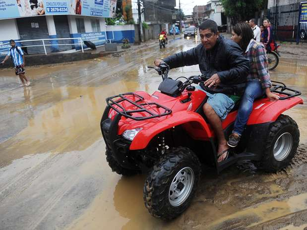 O cantor usou um quadriciclo para ajudar moradores de Xerém  Foto: Daniel Ramalho / Terra
