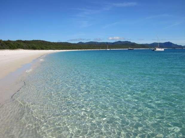 Whitehaven, Austrália Com mais de 4 km de extensão, a praia de Whitehaven faz parte do Parque Nacional das Ilhas Whitsunday, no nordeste da Austrália. Ela tem bancos de areia branca e águas límpidas em meio a uma rica vegetação. Visitantes precisam se registrar para um tour guiado e podem ficar apenas algumas horas, para manter ao máximo a preservação das praias e do parque Foto: Queensland Tourism