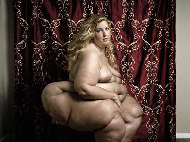Longe de corpos magérrimos que ganham as passarelas, o fotógrafo italiano Yossi Loloi fez um ensaio que mostra o oposto aos padrões de beleza ditados pela moda e exalta as curvas de mulheres com obesidade mórbida Foto: Divulgação