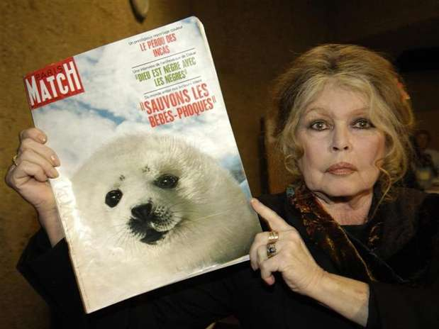 Foto de arquivo mostra a atriz francesa Brigitte Bardot segurando revista com apelo sobre proteção animal Foto: Denis Balibouse / Reuters