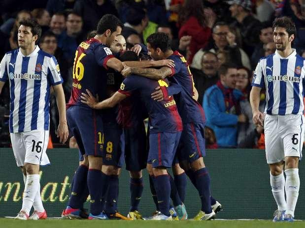 Jogando no Estádio Camp Nou, Barcelona venceu o Espanyol por 4 a 0, graças a gols marcados antes dos 30min do primeiro tempo; resultado manteve equipe azul-grená invicta na liderança do Campeonato Espanhol Foto: EFE