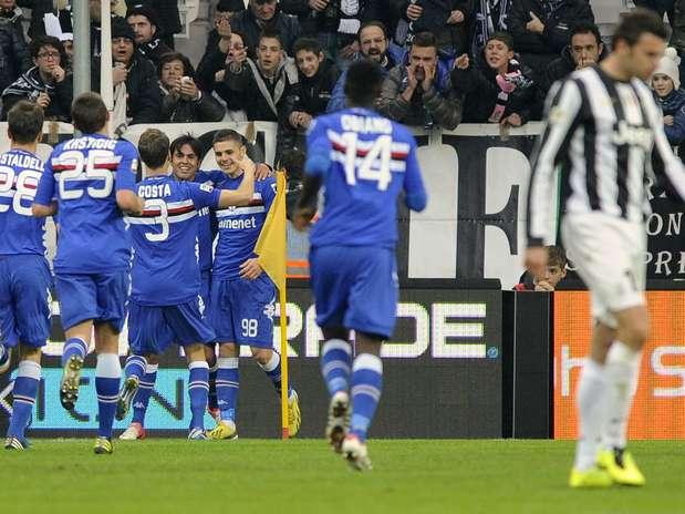 Icardi comemora gol com companheiros de Sampdoria; jogador marcou duas vezes diante da Juventus Foto: Reuters