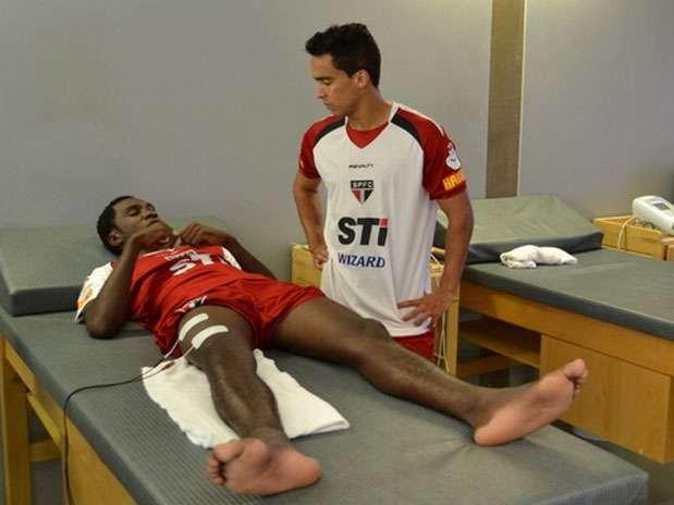 Negueba recebe visita de Jadson; lesão no segundo treino no São Paulo Foto: Site Oficial/saopaulofc.net / Divulgação