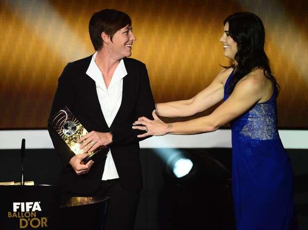 Abby Wambach é eleita a melhor do mundo e recebe Bola de Ouro do futebol feminino  Foto: AFP