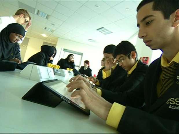 A escola substituiu praticamente todo o material escolar pelos tablets Foto: BBC Brasil