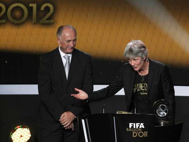 Pia Sundhage recebeu o prêmio das mãos de Luiz Felipe Scolari Foto: Reuters