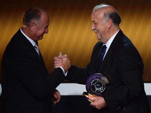 Técnico da Seleção Brasileira, Felipão entrega prêmio de melhor treinador a Vicente Del Bosque Foto: AFP