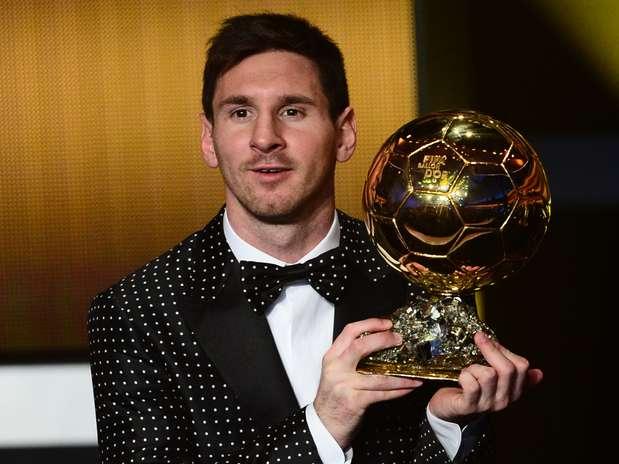 Lionel Messi é eleito pela quarta vez o melhor jogador do mundo e recebe a Bola de Ouro Foto: AFP
