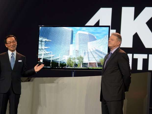 Kazuhiro Tzuga apresenta uma das OLED TVs 4k da Panasonic em Las Vegas Foto: AFP
