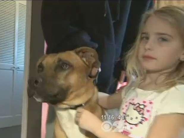 Uma das filhas de Christine ODonovan acaricia Buster, já na casa da família em Belle Harbor Foto: CBS / Reprodução