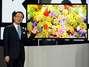 Kazuhiro Tsuga, CEO da Panasonic, apresenta novo televisor 4K OLED no palco da CES 2013 em Las Vegas. Uma das novidades na linha é uma TV feita com o uso de impressoras 3D.:  Foto: Getty Images