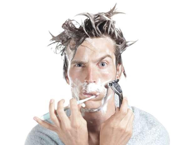 Por mais que o espelho mágico se adapte perfeitamente ao estilo de vida moderno de fazer tudo ao mesmo tempo, ainda é melhor deixar a escovação dos dentes como atividade exclusiva. Uma boa escovação deve ser feita de preferência olhando para o espelho para não deixar escapar nenhum detalhe, não é bom se distrair durante a higienização bucal, alerta Milton. Foto: Shutterstock