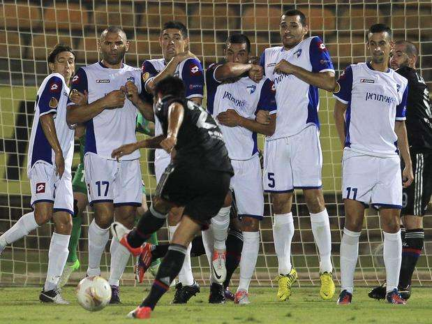 O lateral esquerdo argentino Fabian Monzón, do Lyon, deve ser anunciado pelo Flu Foto: EFE