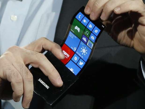 Executivo da Microsoft demonstra smartphone com display OLED flexível da Samsung Foto: AP