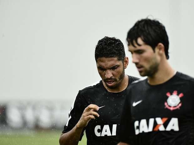 Contratado pelo Corinthians em 2011, Wallace (ao fundo) foi revelado pelo Vitória e reforça o Flamengo por quatro anos Foto: Fernando Borges / Terra