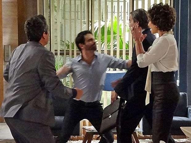 Celso e Carlos se encontram e acabam se envolvendo em briga Foto: TV Globo / Divulgação