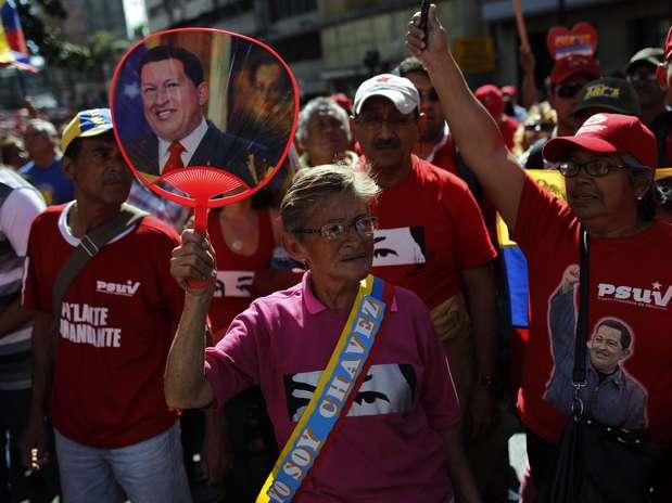 Apoiadores de Chávez tomam as ruas do entorno do palácio presidencial de Miraflores em apoio ao presente, que completa hoje um mês de sua nova fase de tratamento contra o câncer em Cuba Foto: EFE