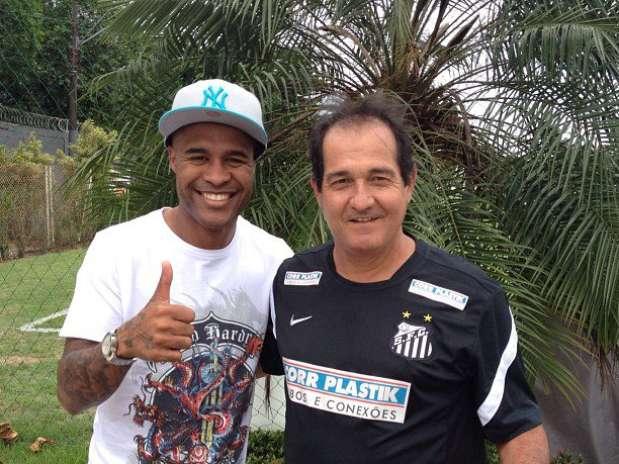Sorridentes, Marcos Assunção e Muricy Ramalho posam para fotos no CT Rei Pelé Foto: Fábio Maradei/Santos FC / Divulgação