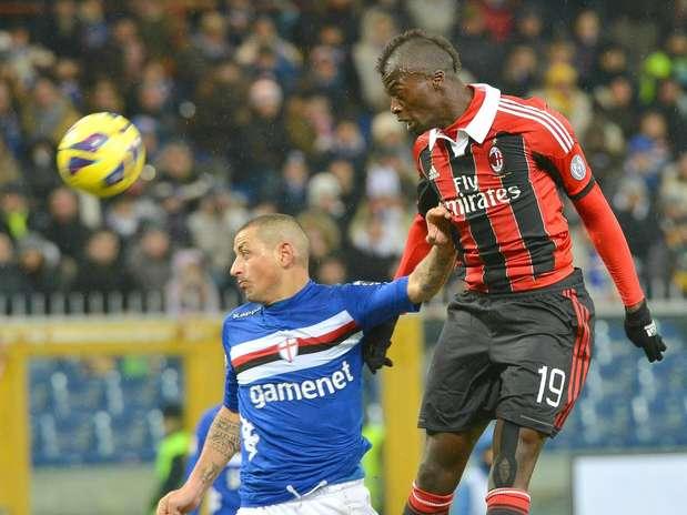 Niang sobe com Palombo durante empate entre Milan e Sampdoria Foto: EFE