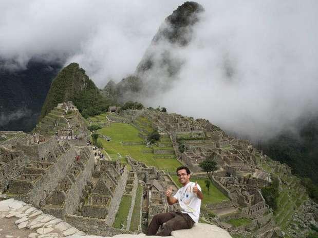 Brasileiro aparece em foto em Machu Picchu. Ele foi resgatado com vida após cair em uma fenda de 300 m no Peru Foto: Reprodução