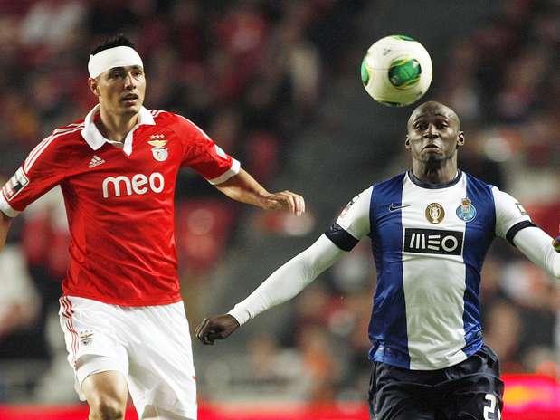 Benfica e Porto empataram por 2 a 2 e continuaram invictos no Português Foto: EFE