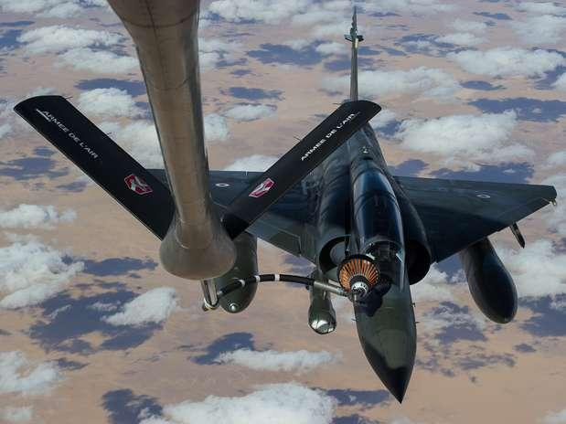 Imagem divulgada pelo Exército francês mostra jato Mirage 2000 no trajeto França-Chade Foto: AP